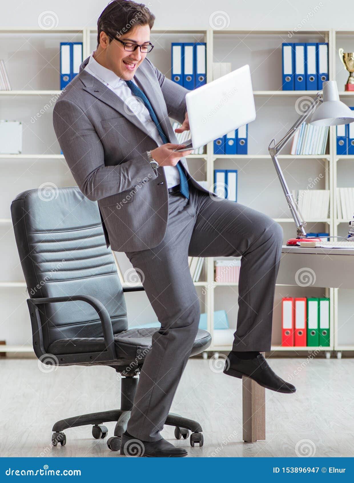 Biznesmen ma zabaw? bierze przerw? przy prac? w biurze