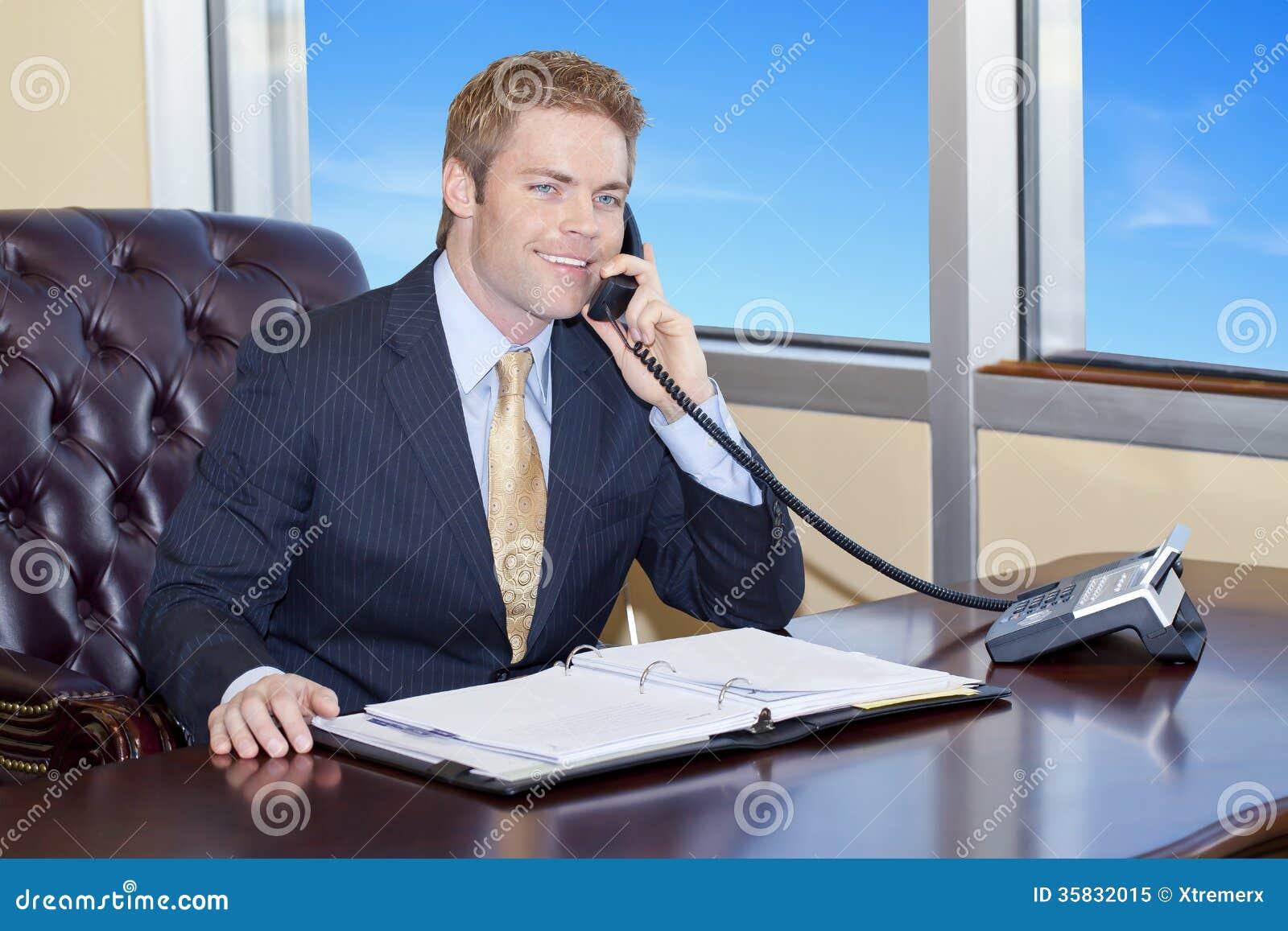 Biznesmen na telefonie