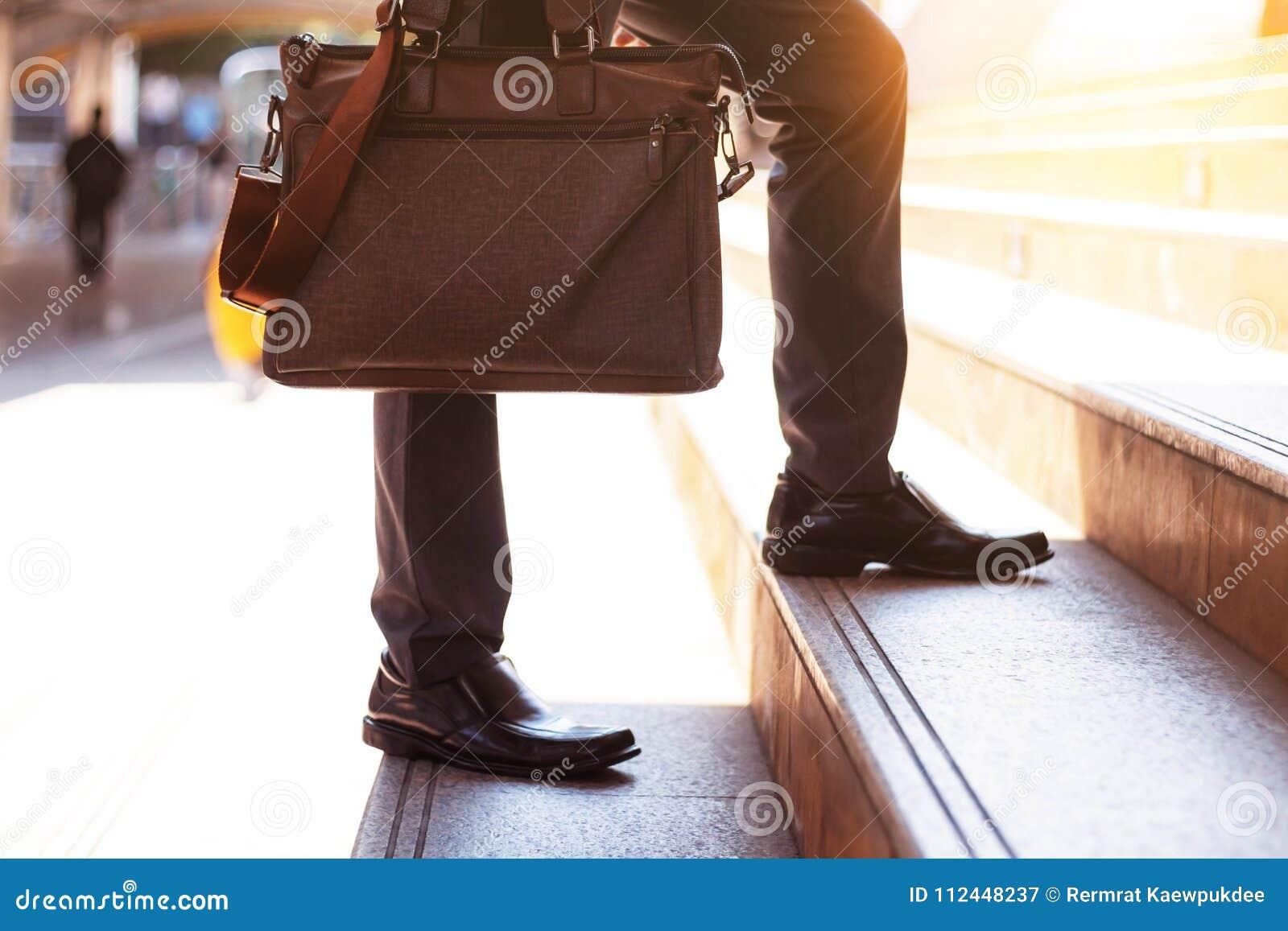 Biznesmen niesie torbę