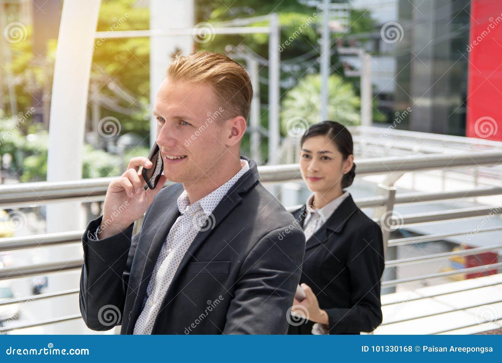 Biznesmen opowiada nad smartphone
