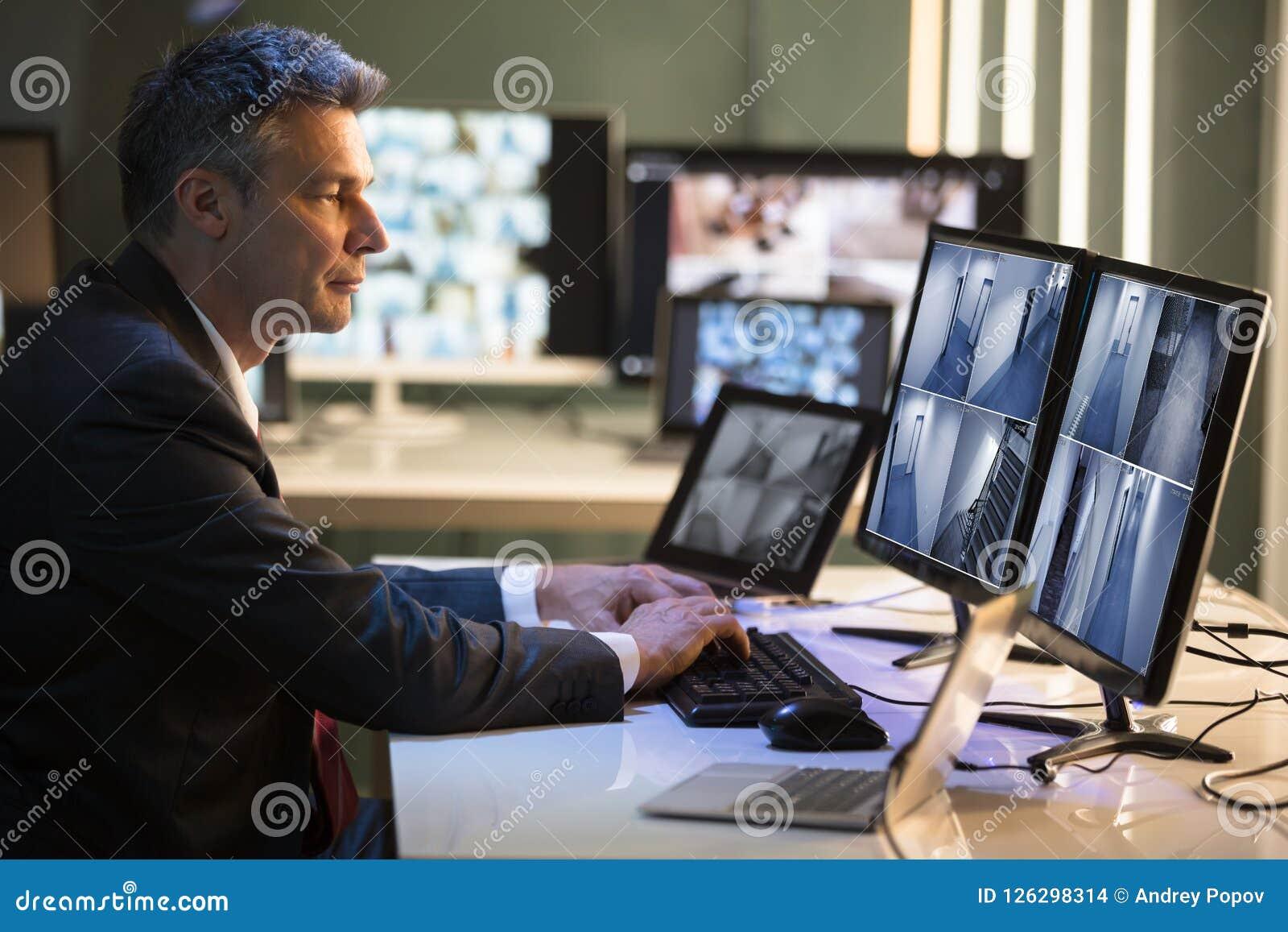 Biznesmen Patrzeje CCTV kamery materiał filmowego