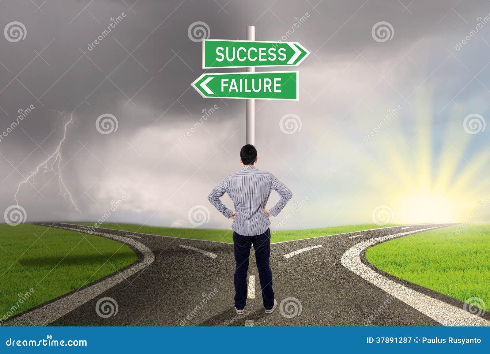 Biznesmen patrzeje znaka sukces lub niepowodzenie