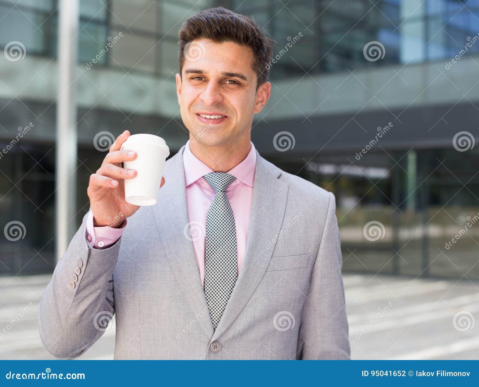 Biznesmen pić kawy