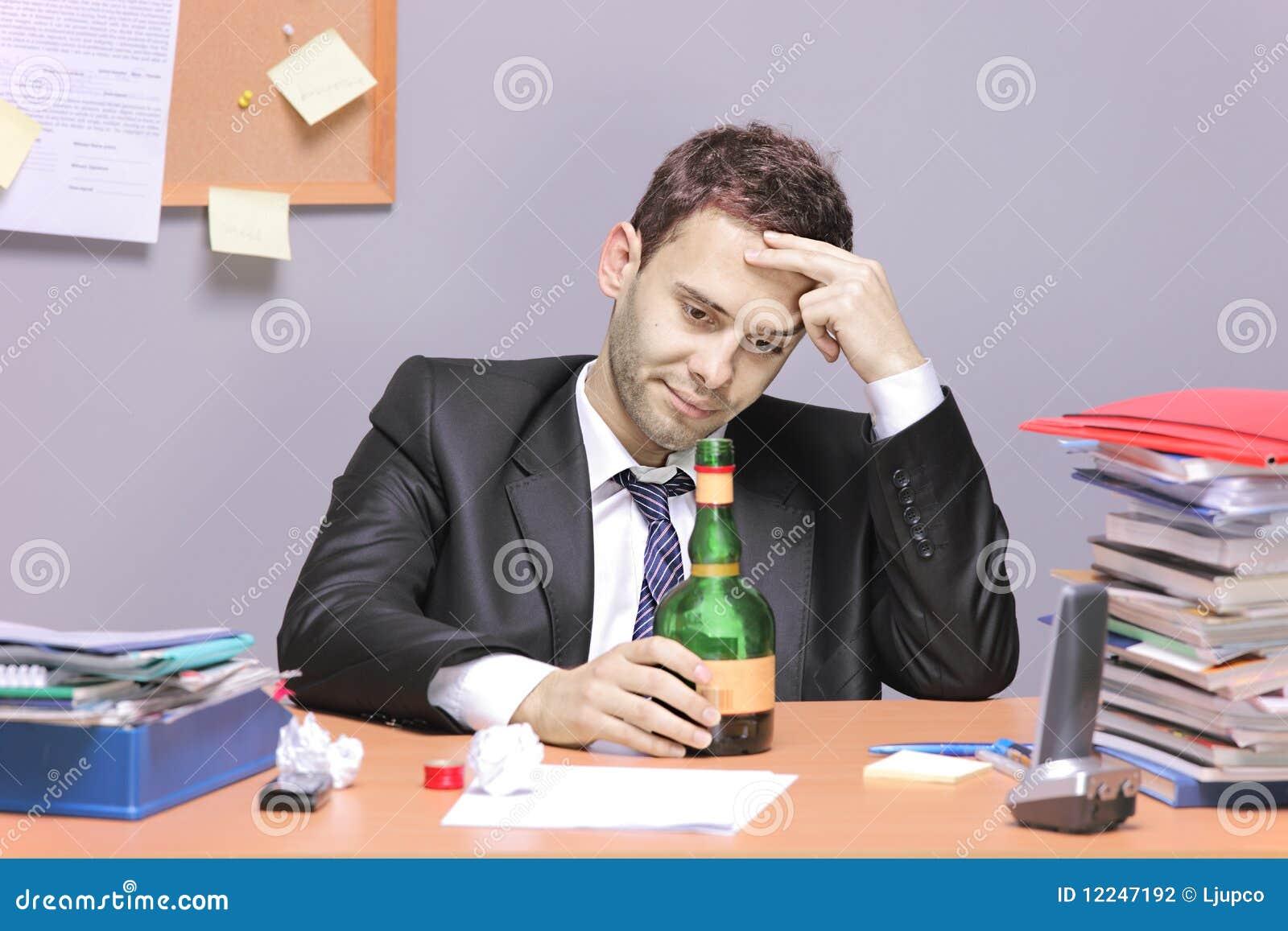 Biznesmen pijący