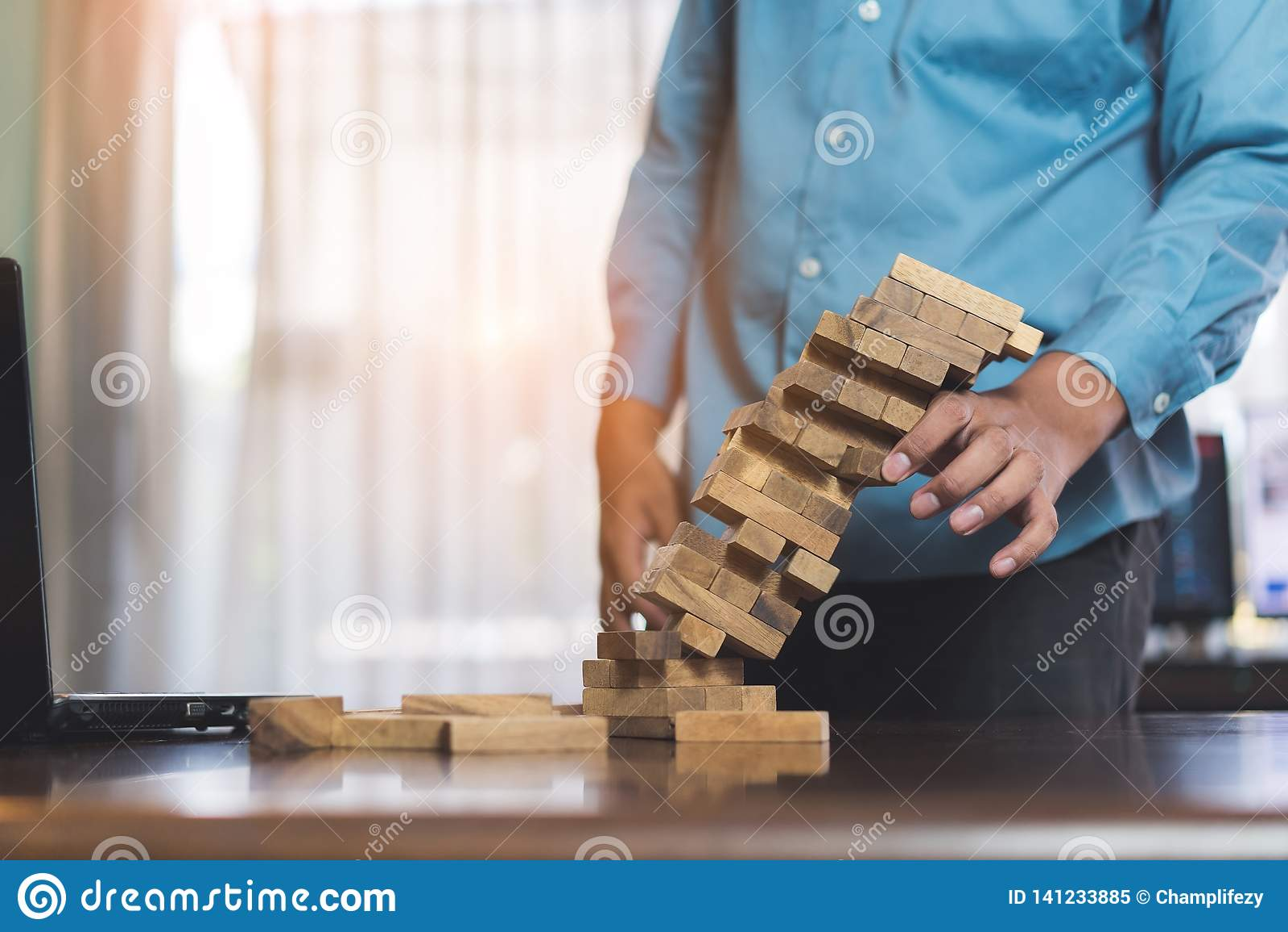 Biznesmen podnosi drewniany blokowego nie udać się niebezpieczeństwo basztowe ręki trzyma wyzwanie gemowy