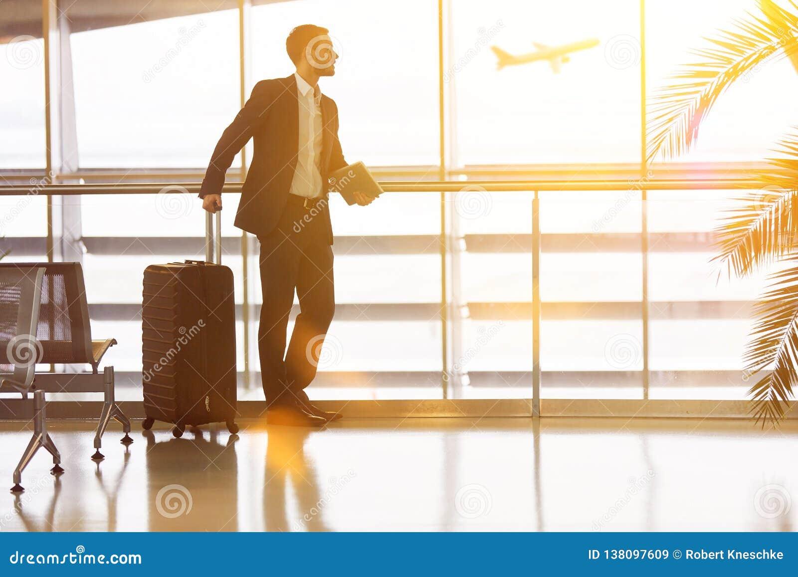 Biznesmen podróżuje przy lotniskiem w lecie