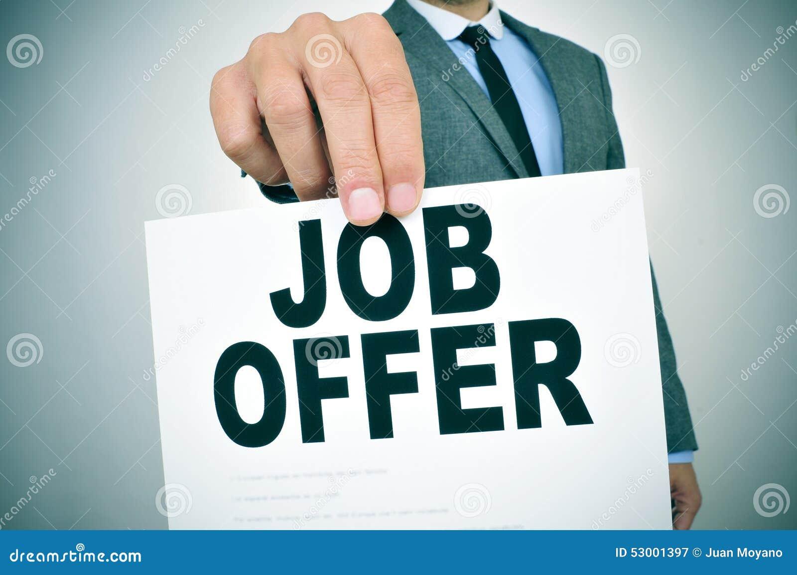 Biznesmen pokazuje signboard z tekst ofertą pracy