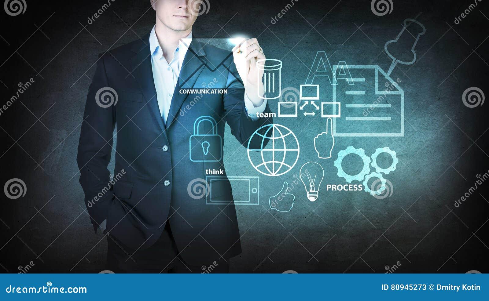 Biznesmen poruszające ikony na wirtualnym ekranie