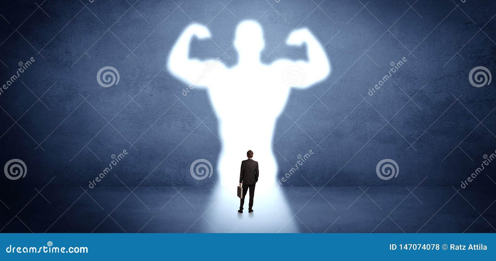 Biznesmen pozycja przed silnym bohatera wzrokiem