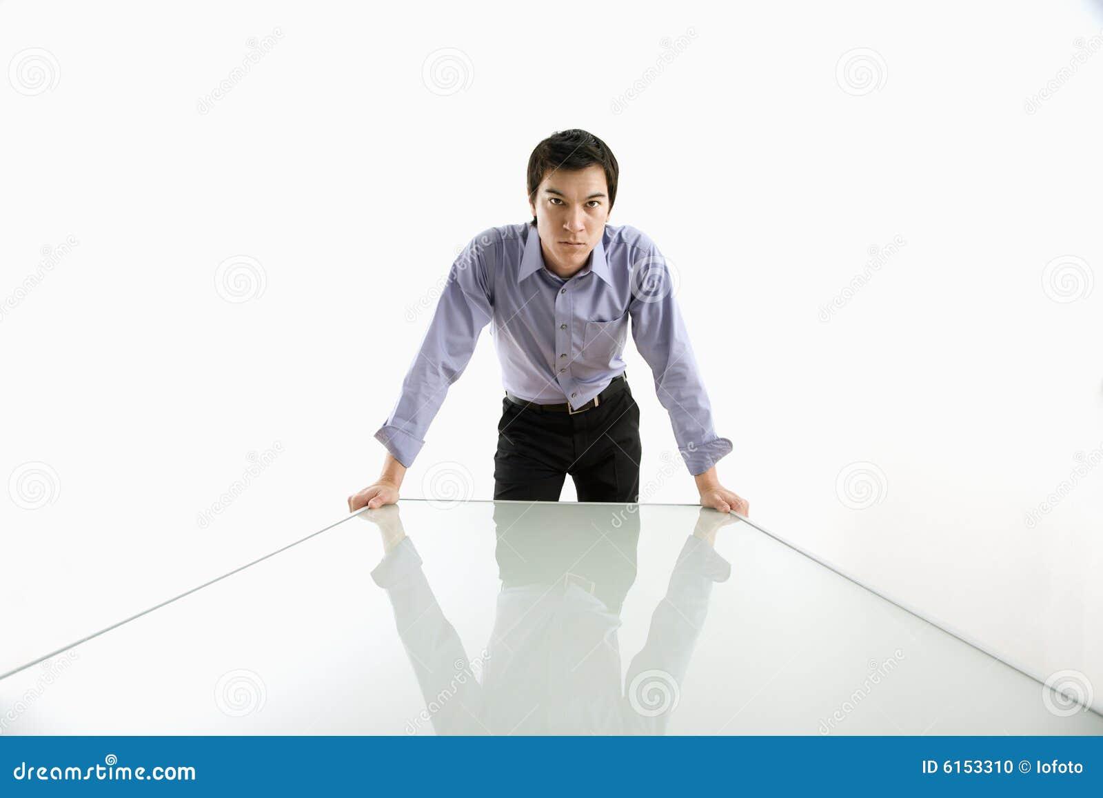 Biznesmen pozycji tabeli