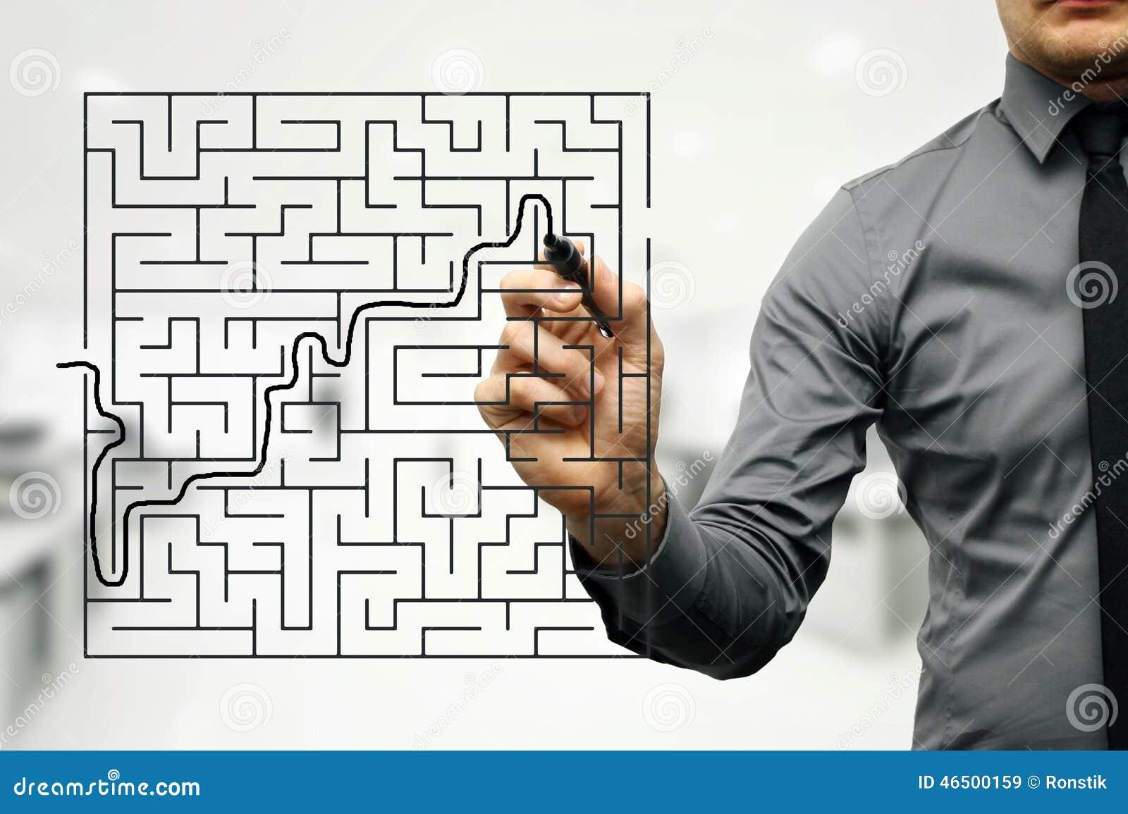 Biznesmen próbuje znajdować sposób z labiryntu