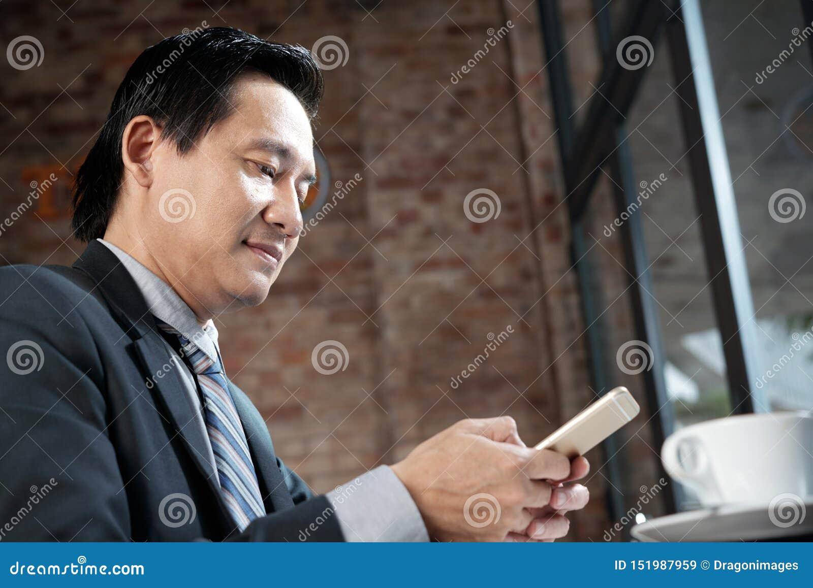 Biznesmen pracuje na telefonie