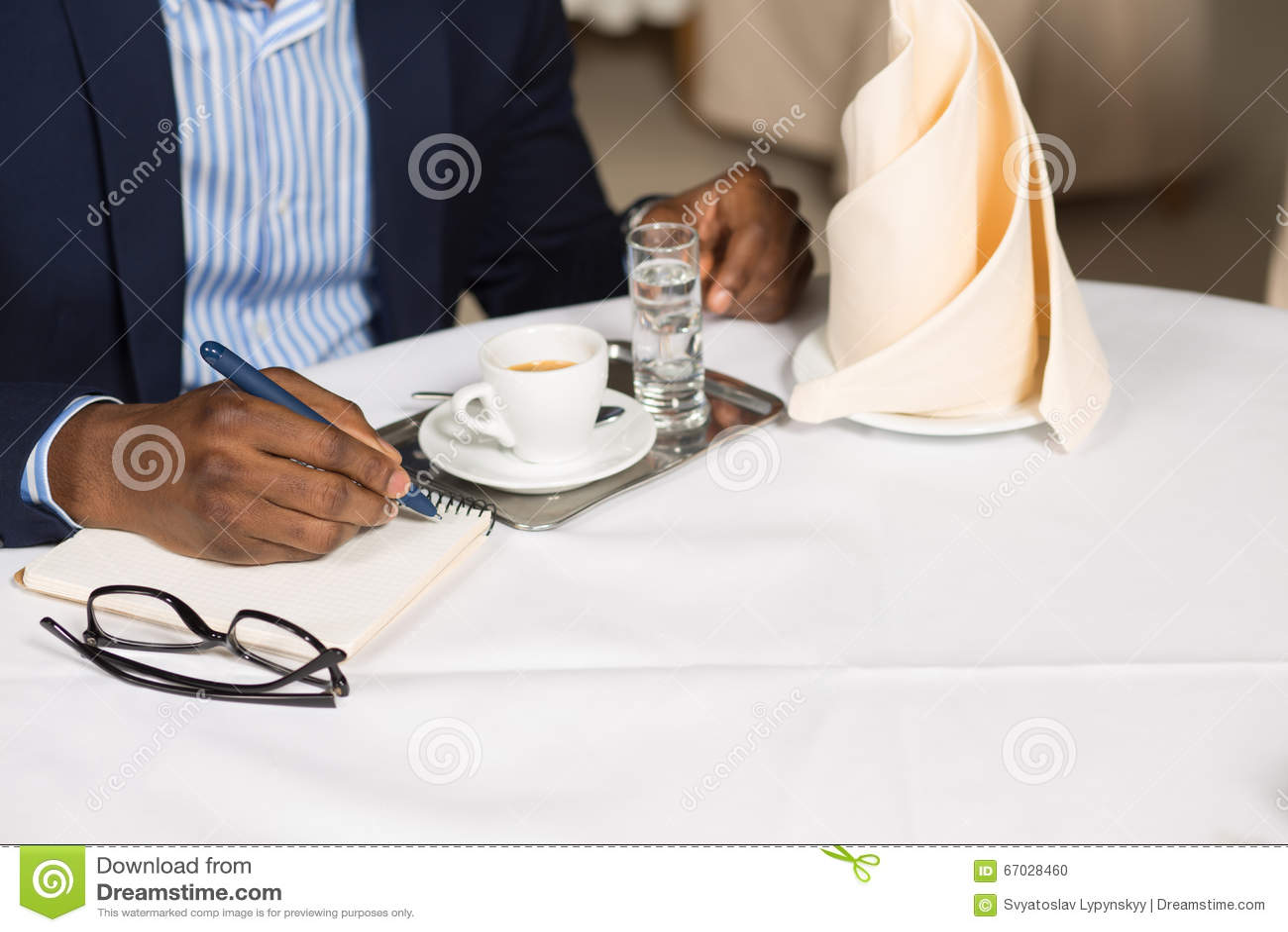 Biznesmen pracuje w restauraci