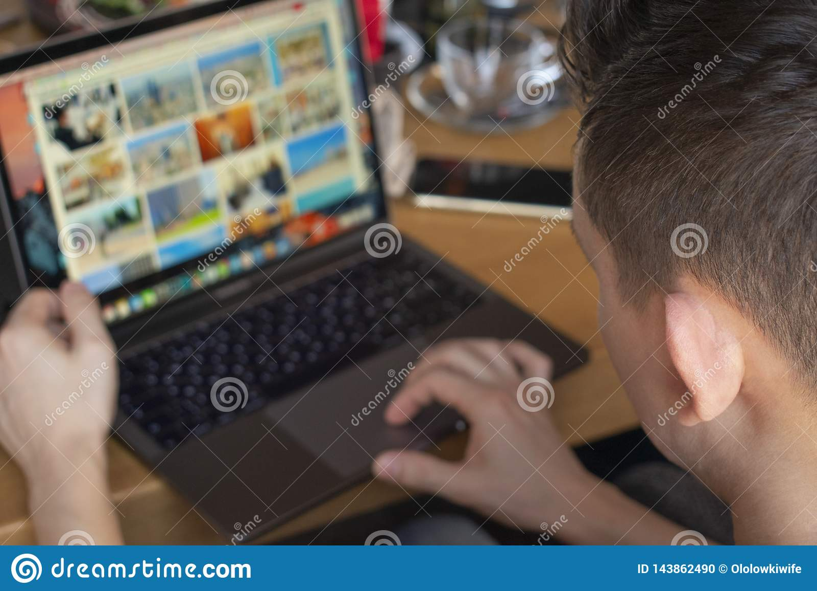 Biznesmen pracuje z laptopem przy miasto kawiarnią przestań tła rogalik filiżanki kawy sweet