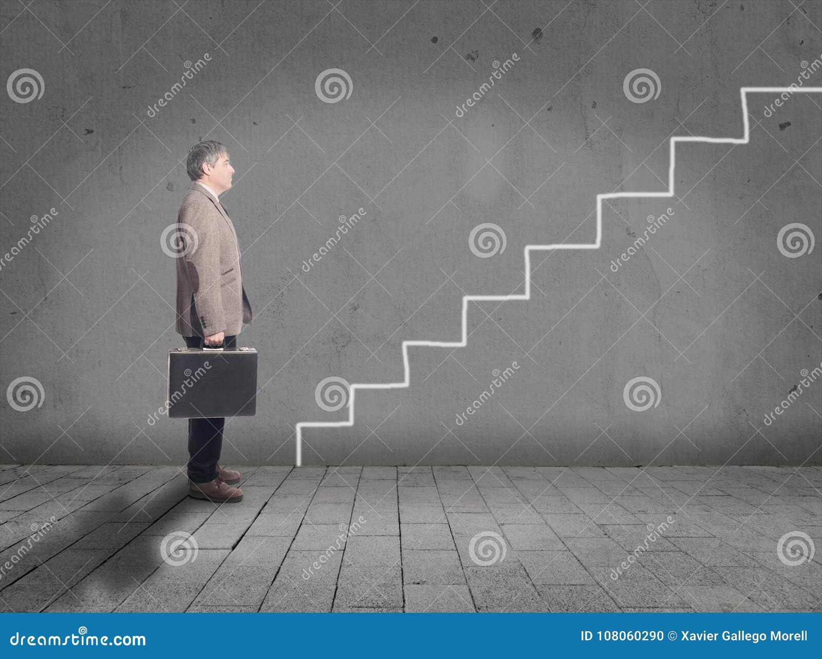 Biznesmen przed rysunkowymi schodkami