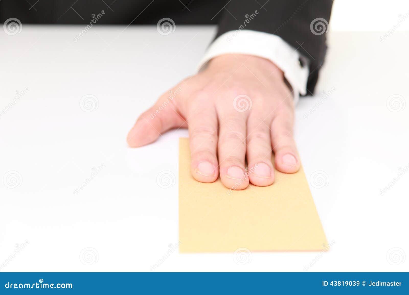 Biznesmen przedkłada kopertę