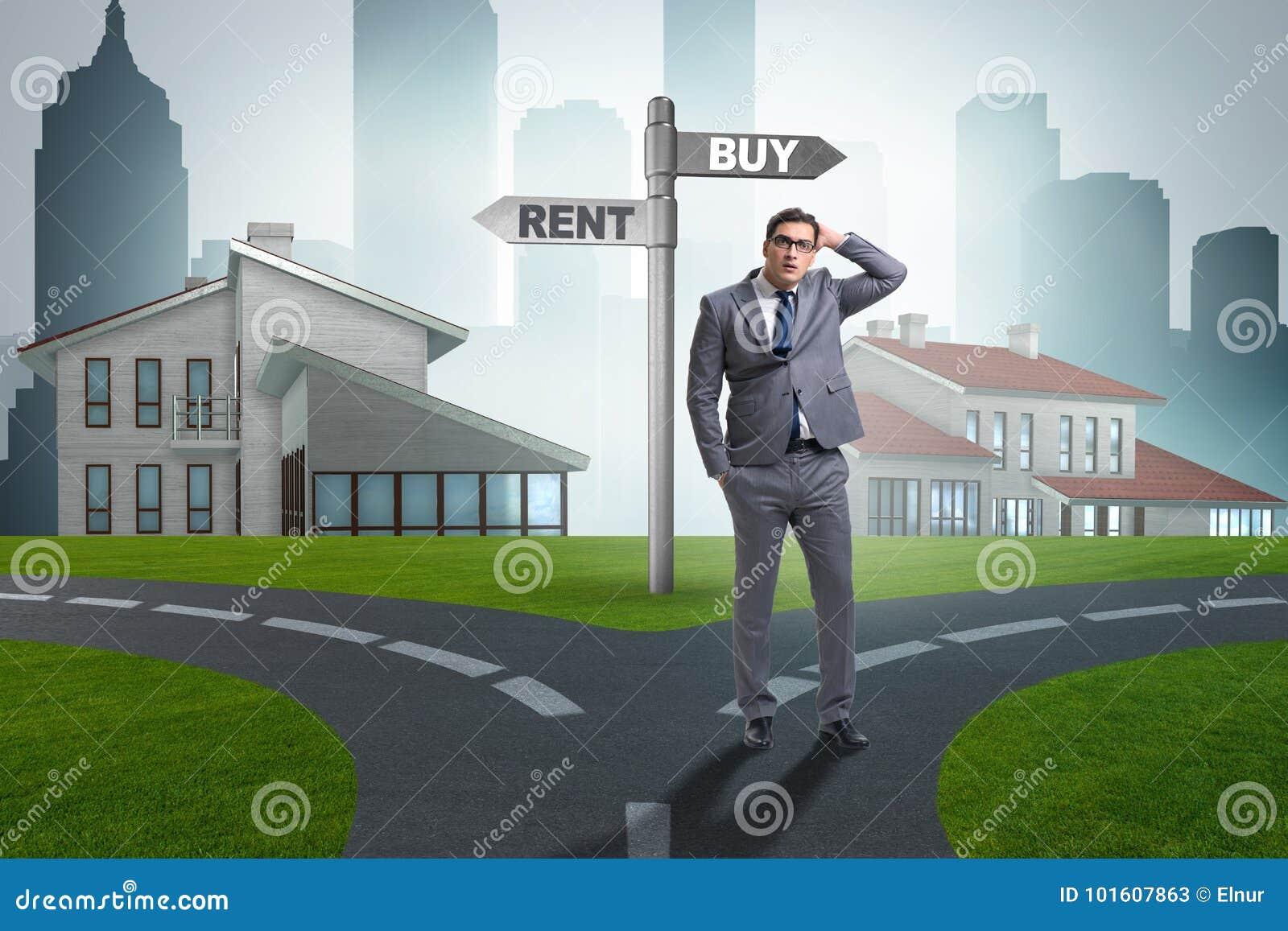 Biznesmen przy rozdroża betweem wynajmowaniem i kupieniem