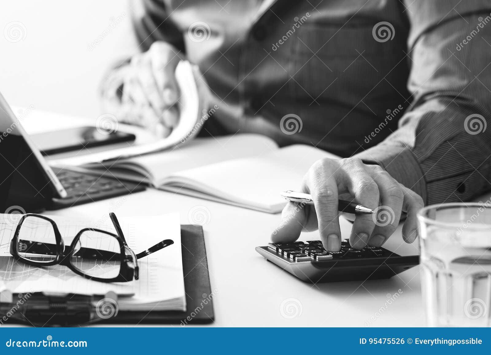 Biznesmen ręka pracuje z finansami o koszcie i kalkulatorze