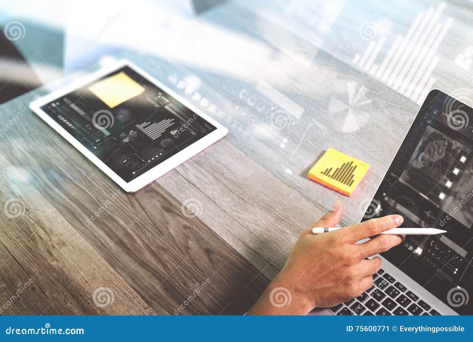 Biznesmen ręka pracuje z stylus pióra notatki papters cyfrowymi