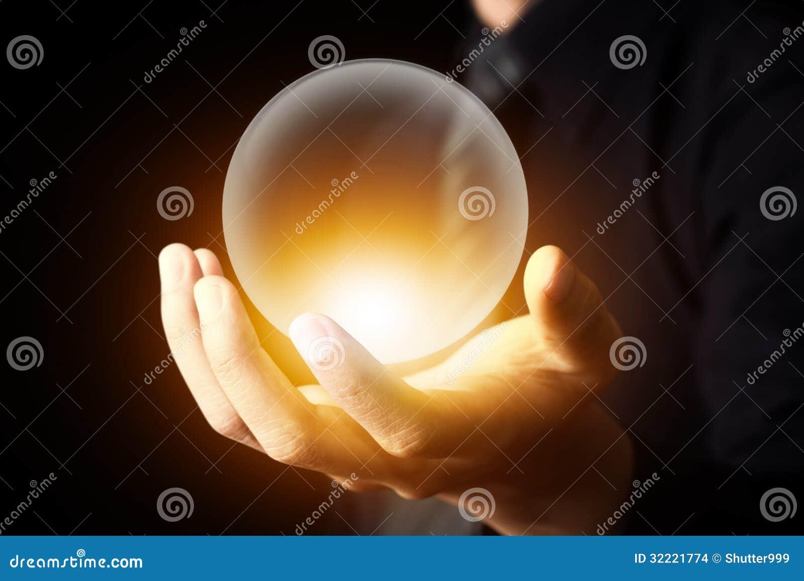 Biznesmen ręka trzyma kryształową kulę