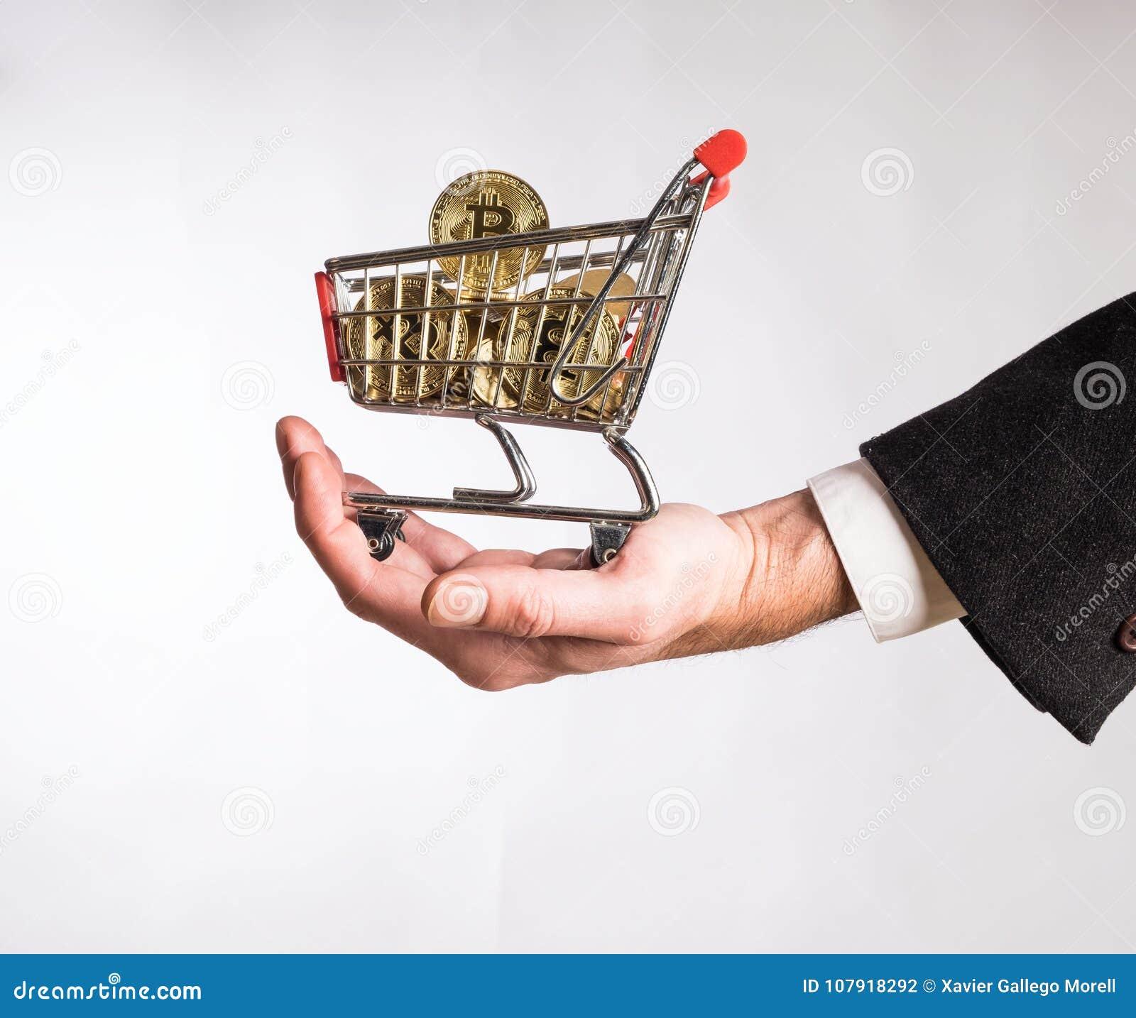 Biznesmen ręka trzyma wózek na zakupy