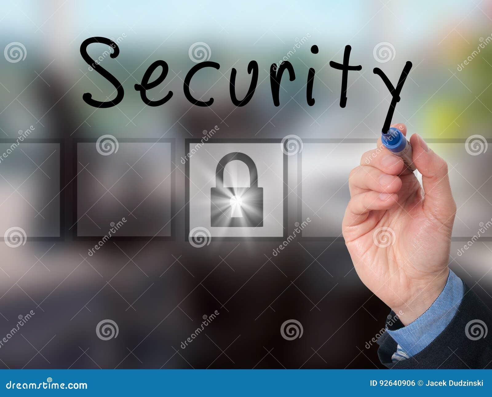 Biznesmen ręki writing ochrona na przejrzystej desce