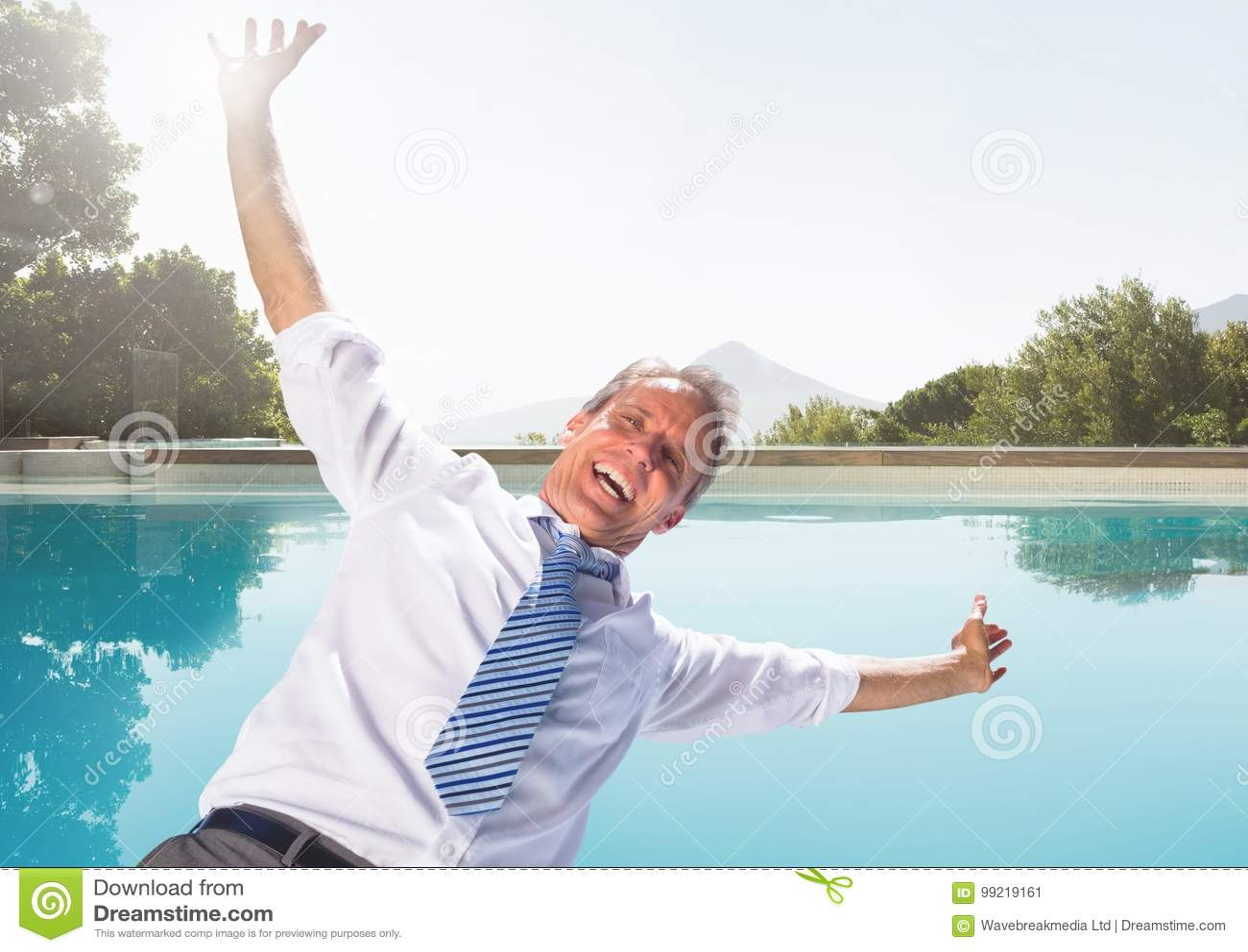 Biznesmen spada w pływackiego basen ma zabawę