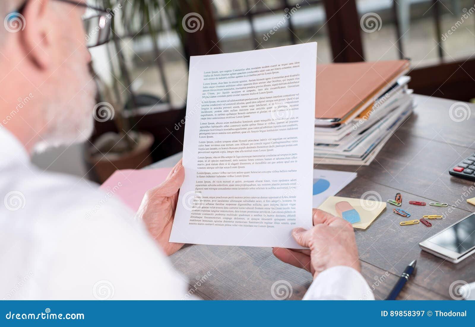 Biznesmen sprawdza dokument