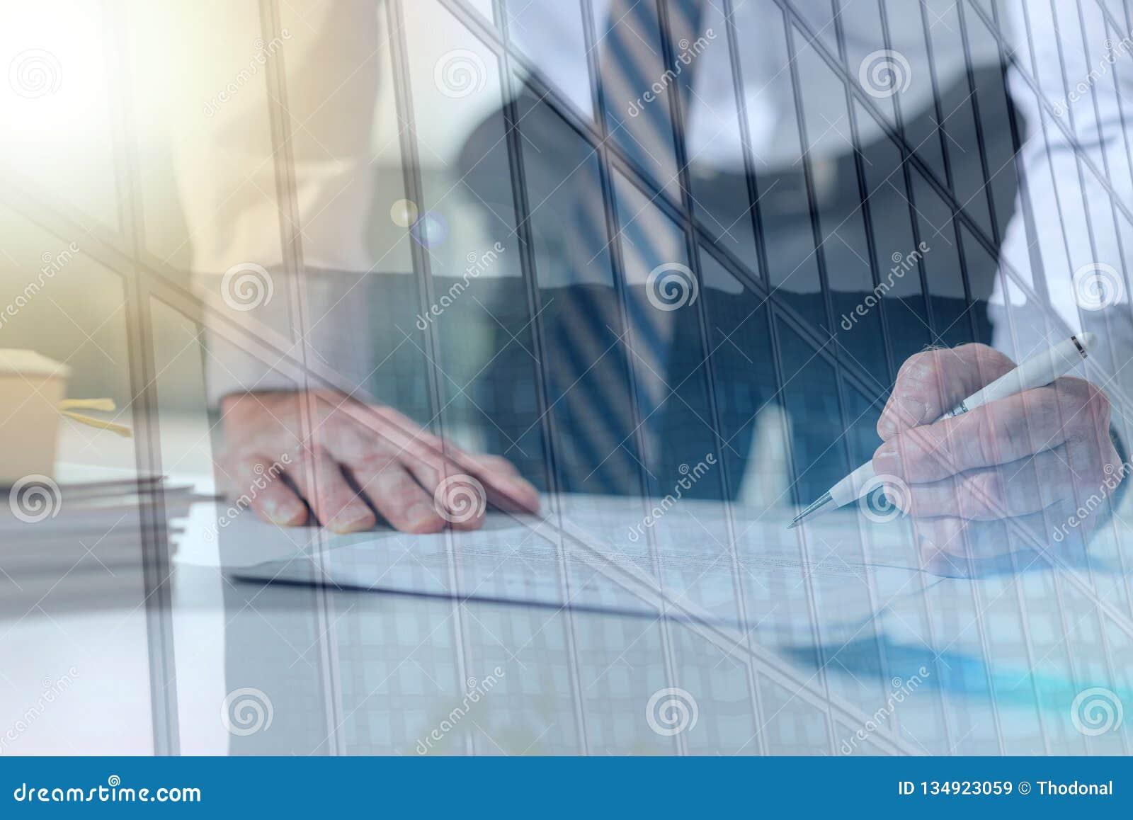Biznesmen sprawdza dokument, lekki skutek, dwoisty ujawnienie