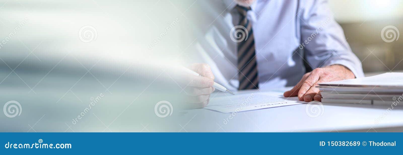 Biznesmen sprawdza dokument sztandar panoramiczny