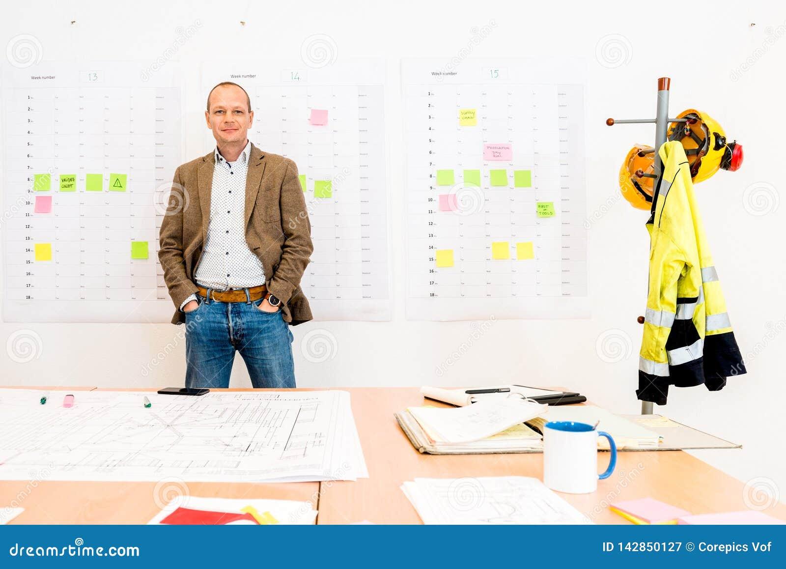 Biznesmen Stoi Bezczynnie projekt Na stole Z rękami W kieszeniach