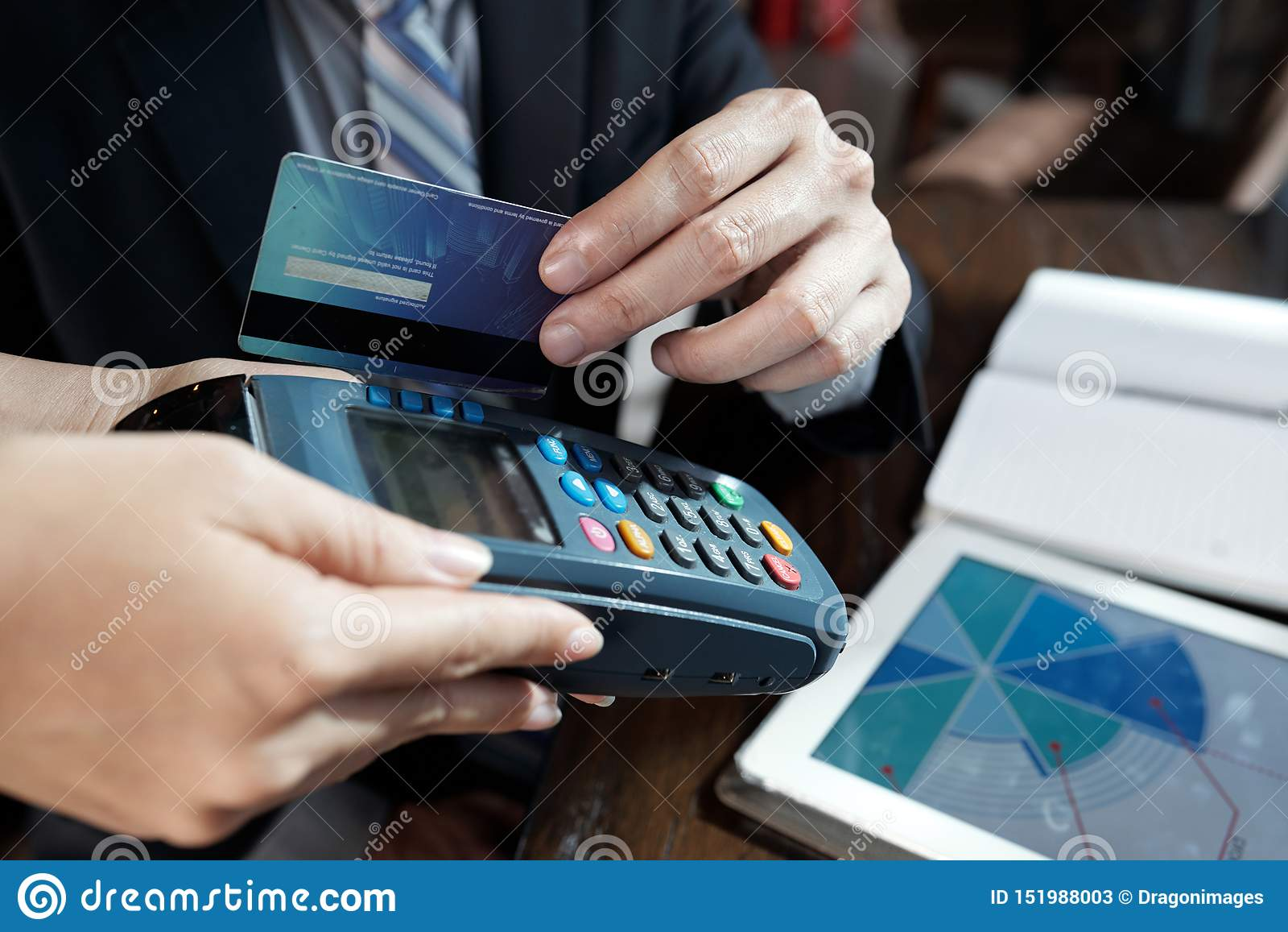 Biznesmen swiping kredytow? kart?