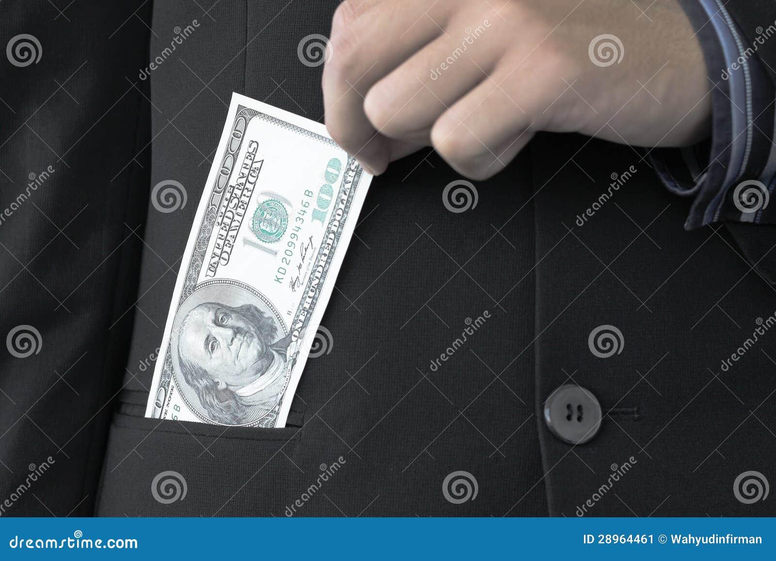 Biznesmen trzyma 100 dolarów
