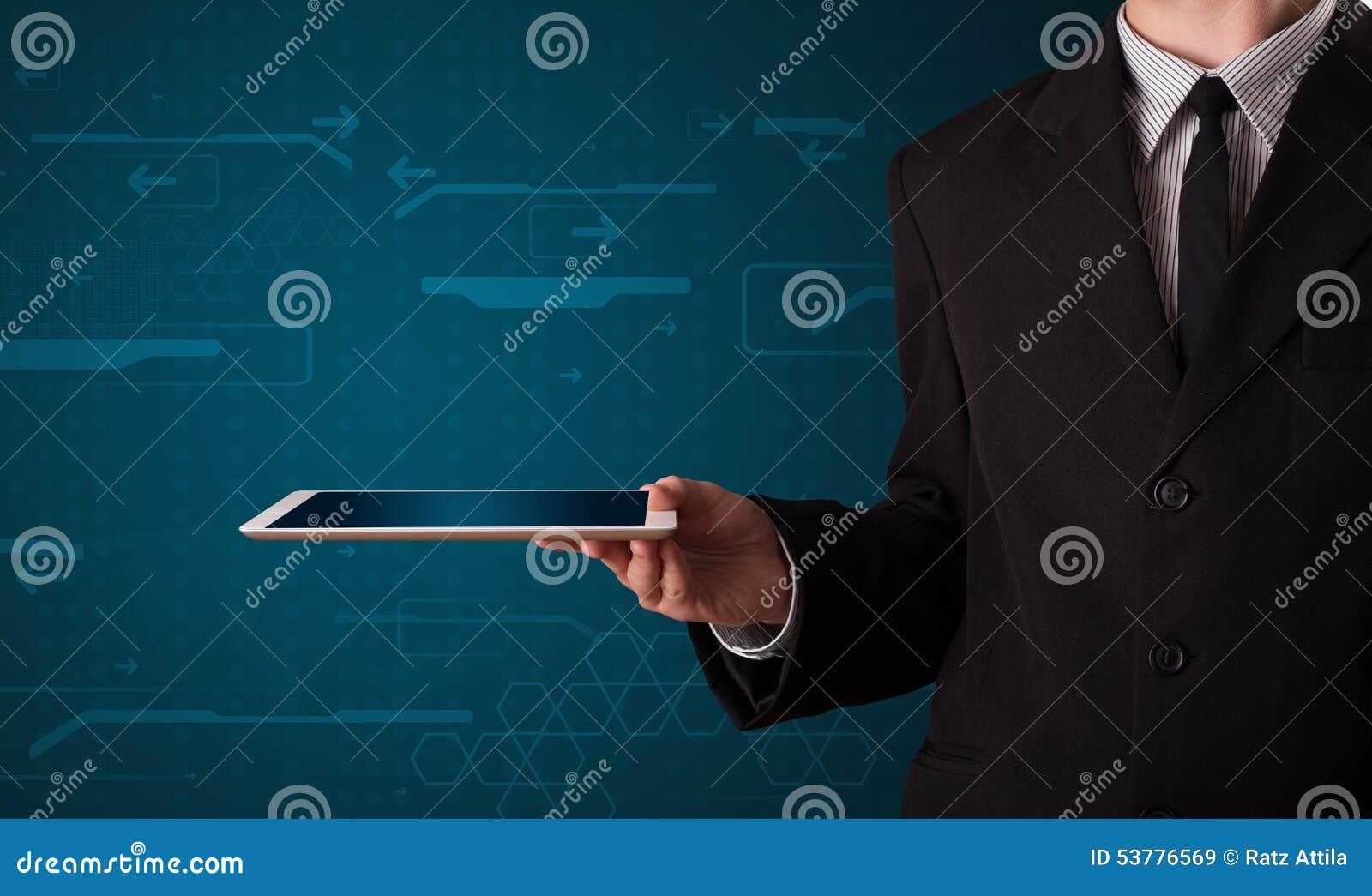 Biznesmen trzyma białą nowożytną pastylkę z rozmytymi apps