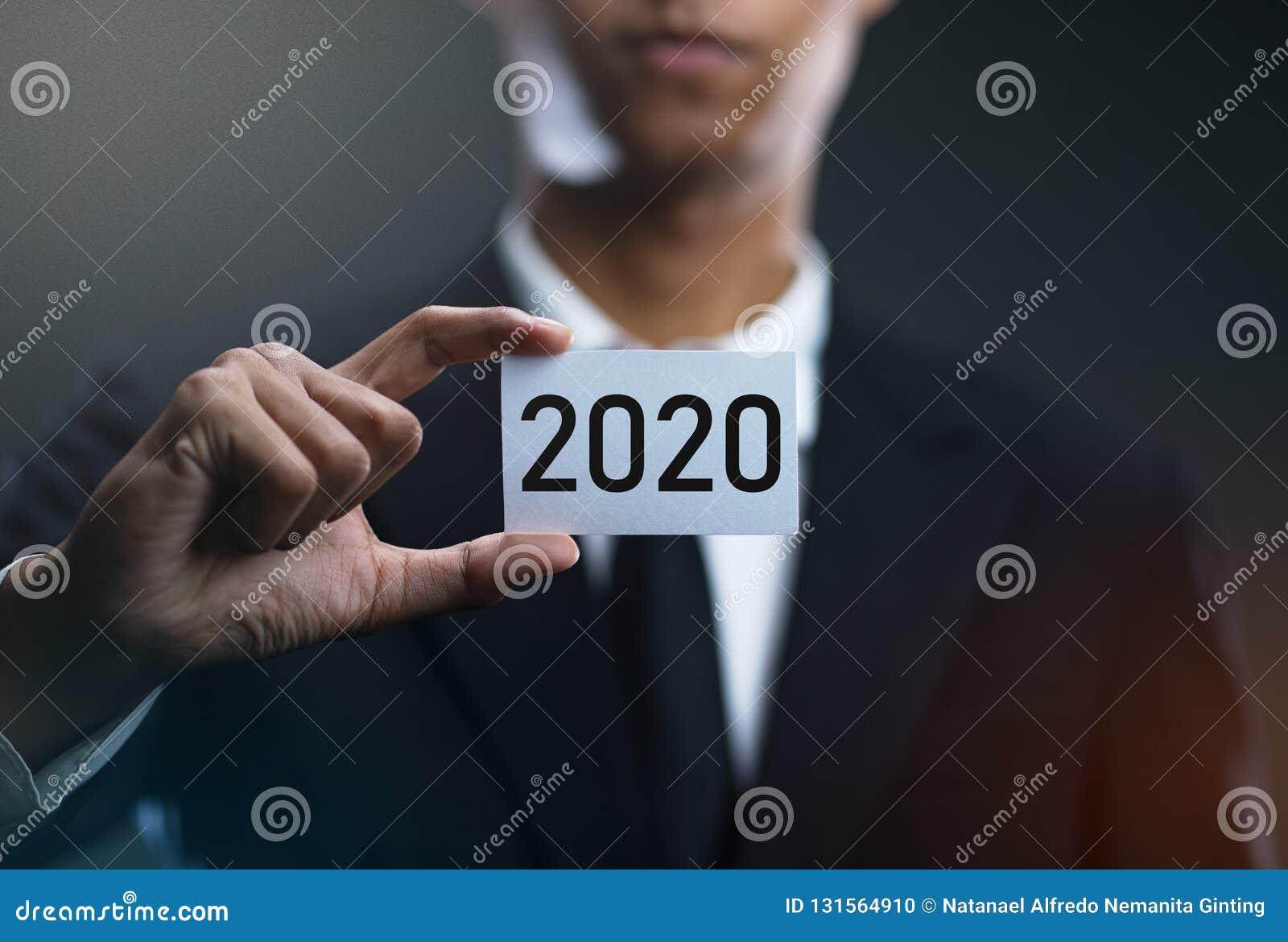 Biznesmen Trzyma 2020 kart papier