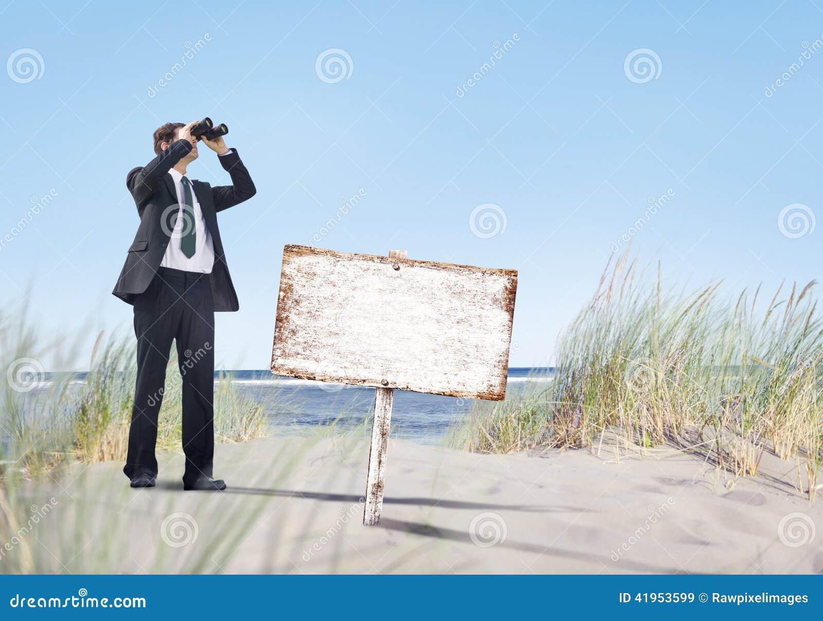 Biznesmen Trzyma Megatelescope z Pustym Signboard na plaży