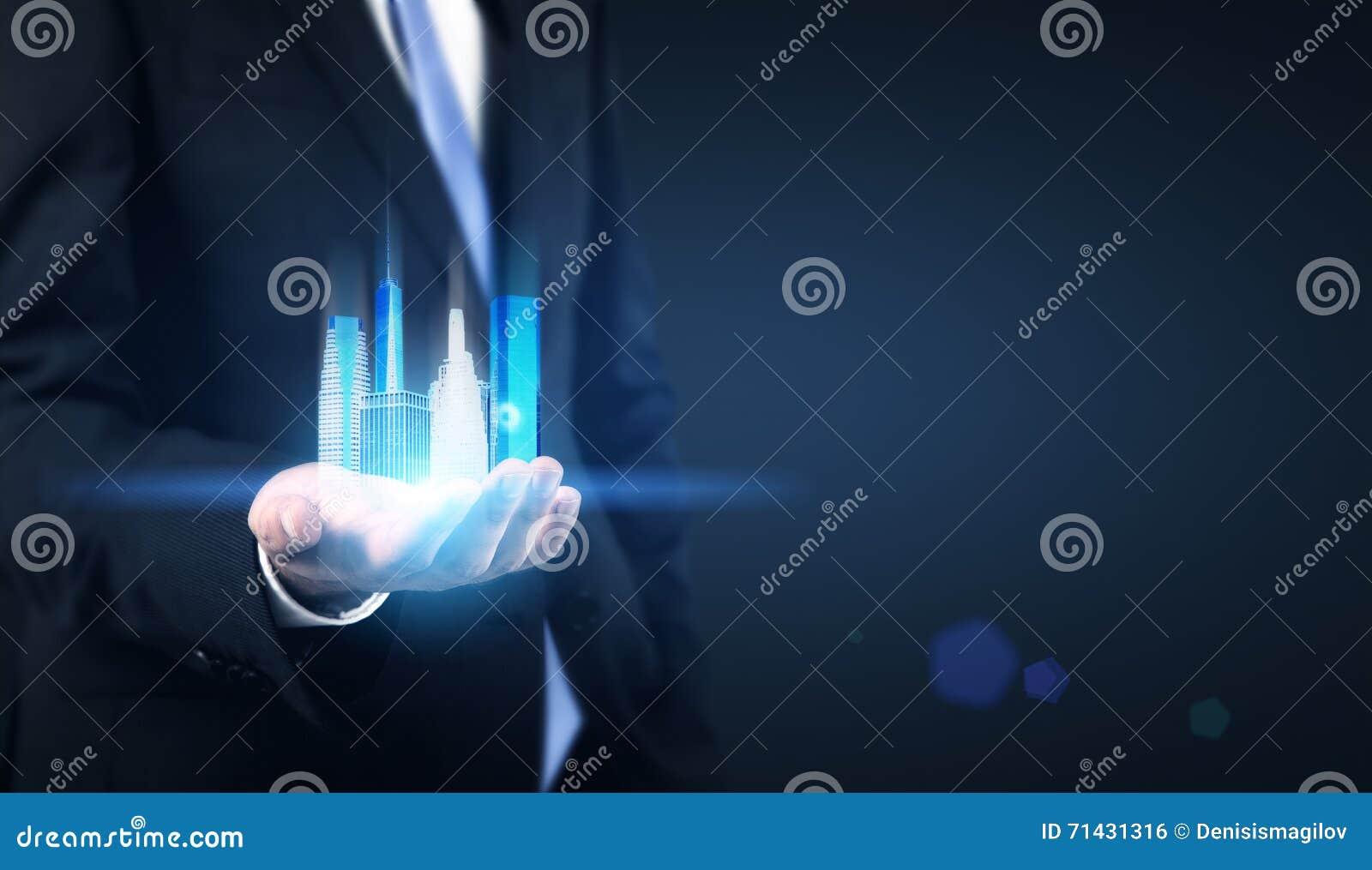 Biznesmen trzyma NY hologram
