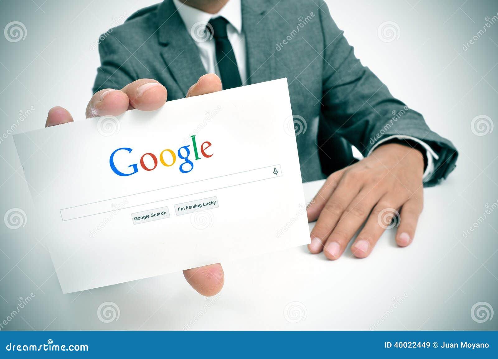 Biznesmen trzyma signboard z Google rewizi stroną domową