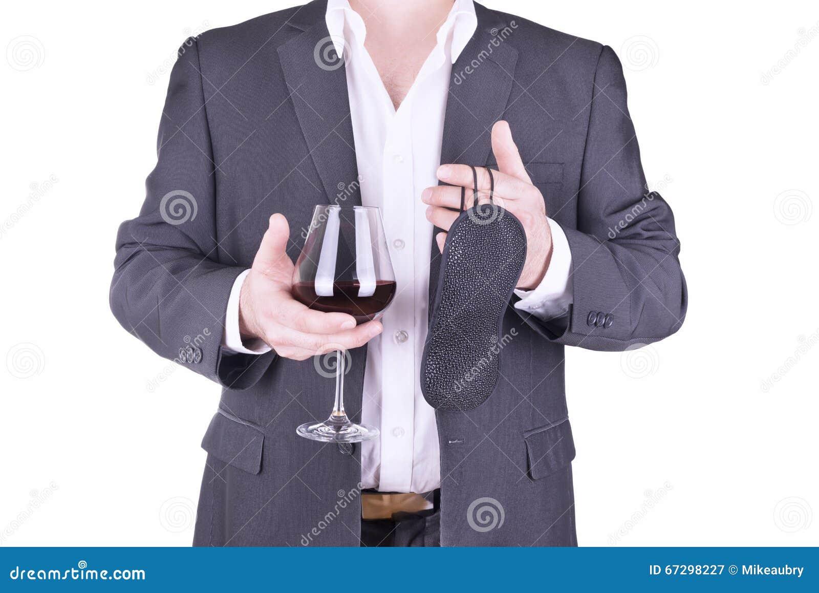 Biznesmen trzyma szkło wino i opaska