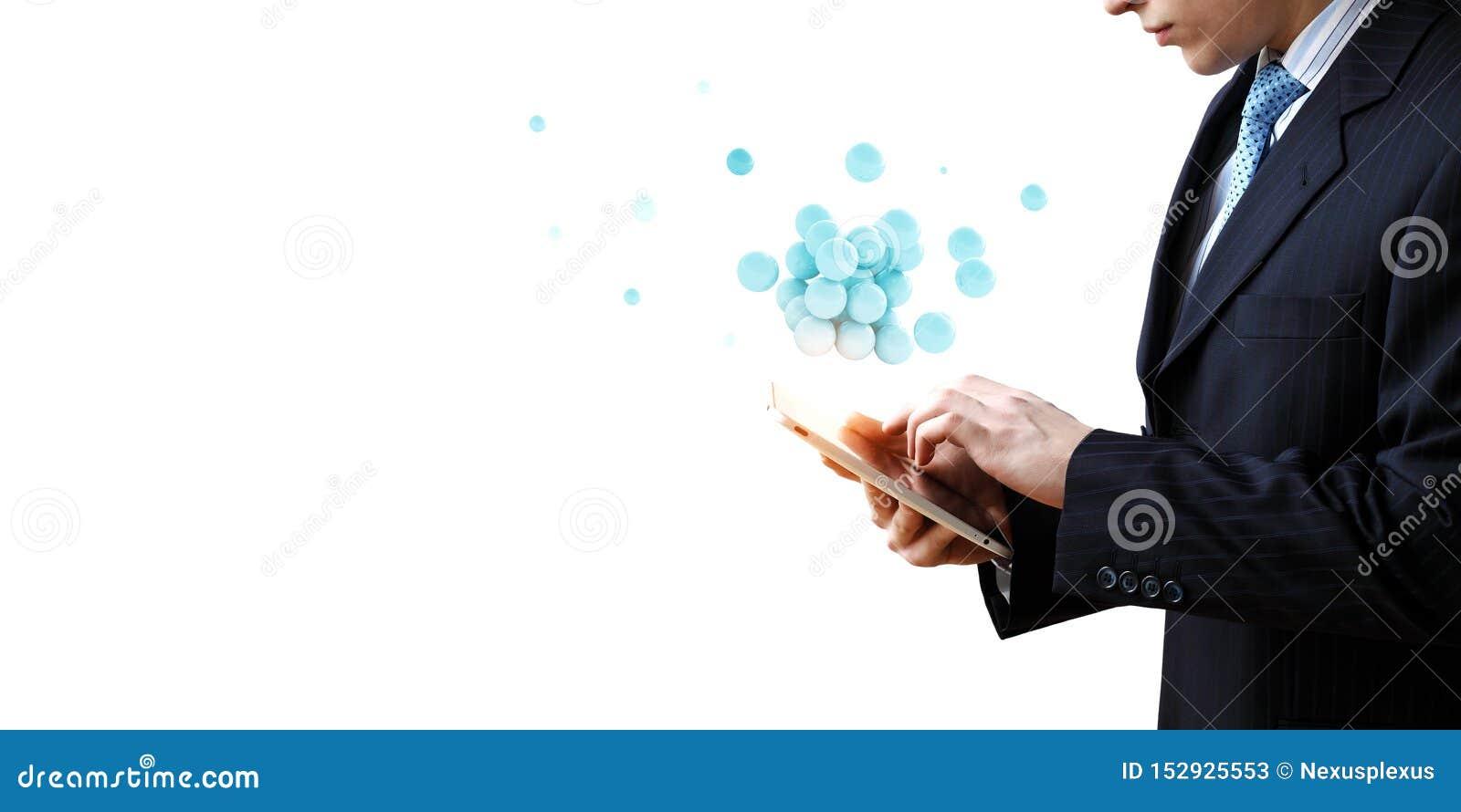 Biznesmen trzyma tabalet z wi?zk? sfery levitating nad Mieszani ?rodki
