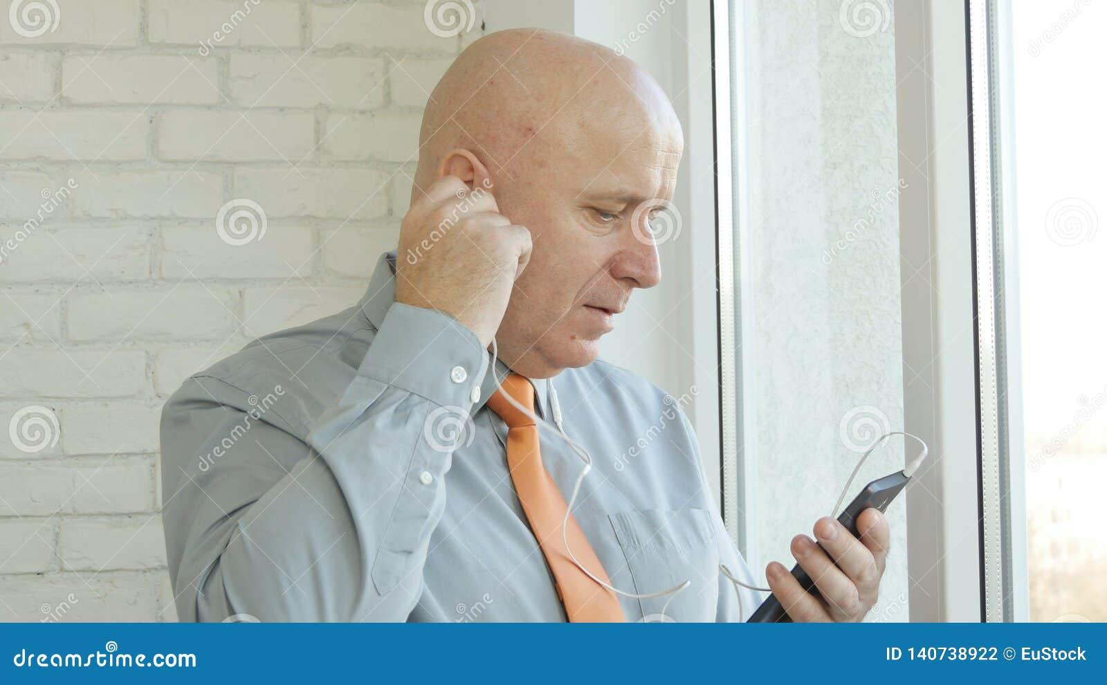 Biznesmen Używa hełmofony i Smartphone Przystępuje Online komunikację