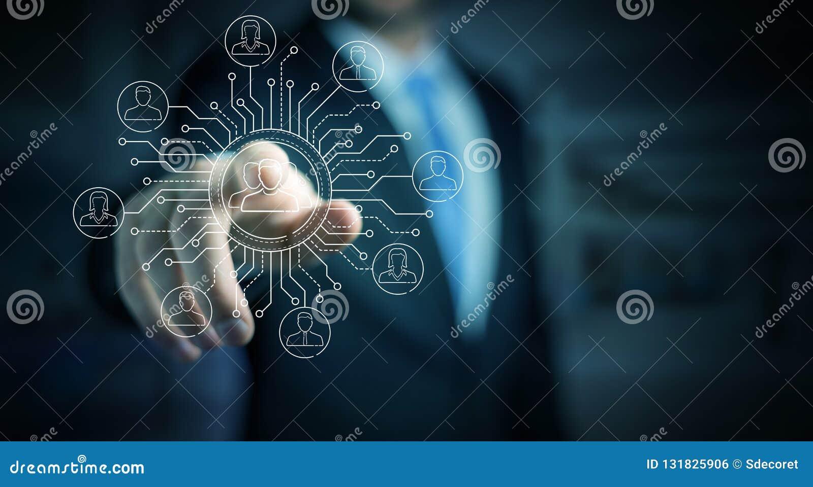 Biznesmen używa cienkiego kreskowego ogólnospołecznego sieci ikon interfejs