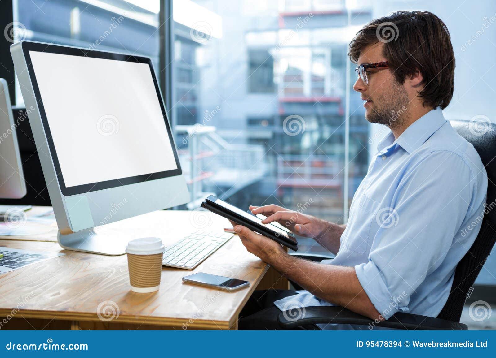 Biznesmen Używa Cyfrowej pastylkę Przy biurkiem