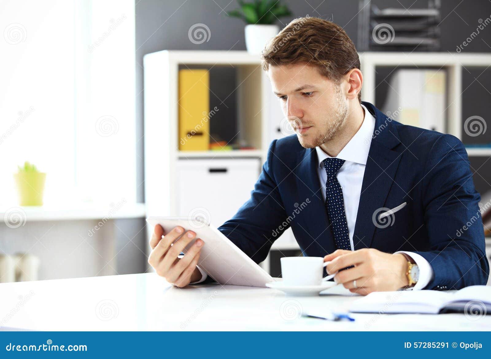 Biznesmen używa jego pastylkę