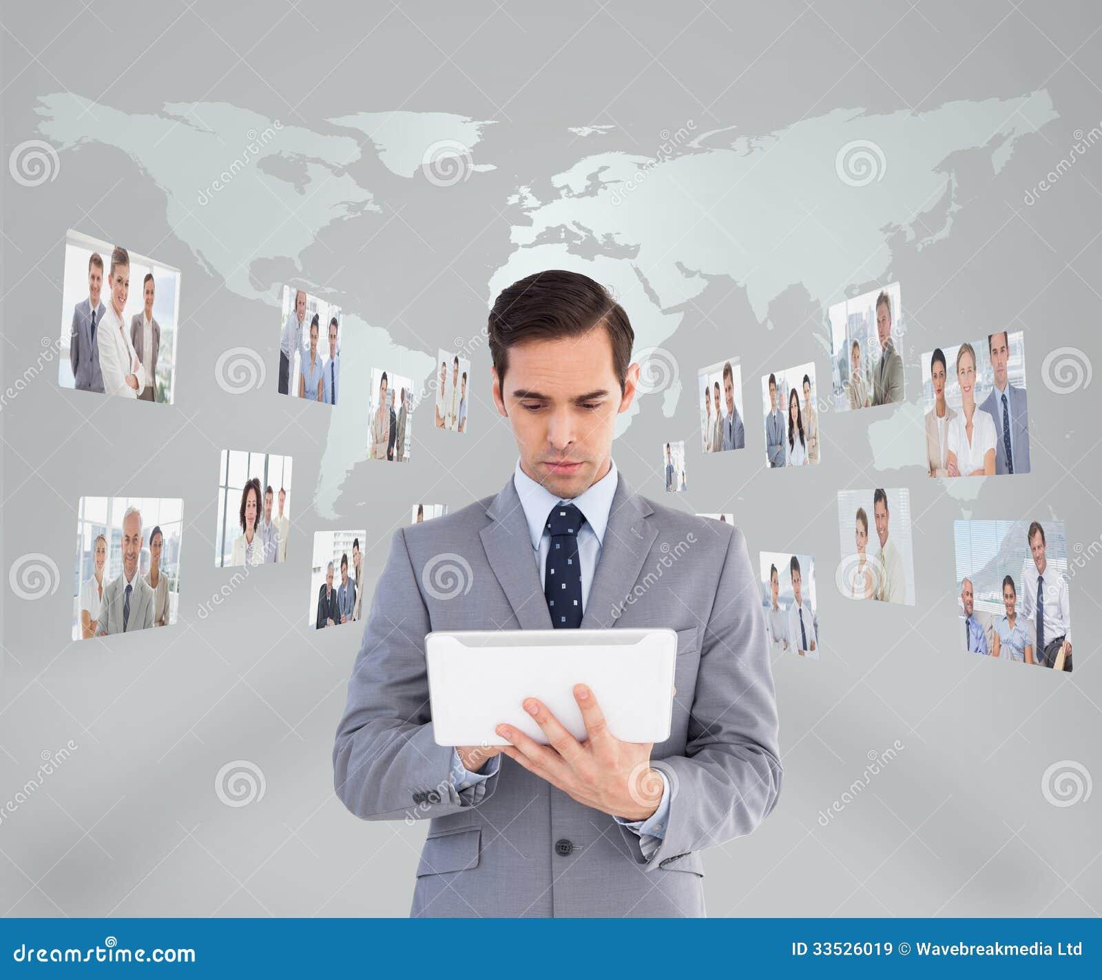Biznesmen używa jego pastylka komputer osobistego