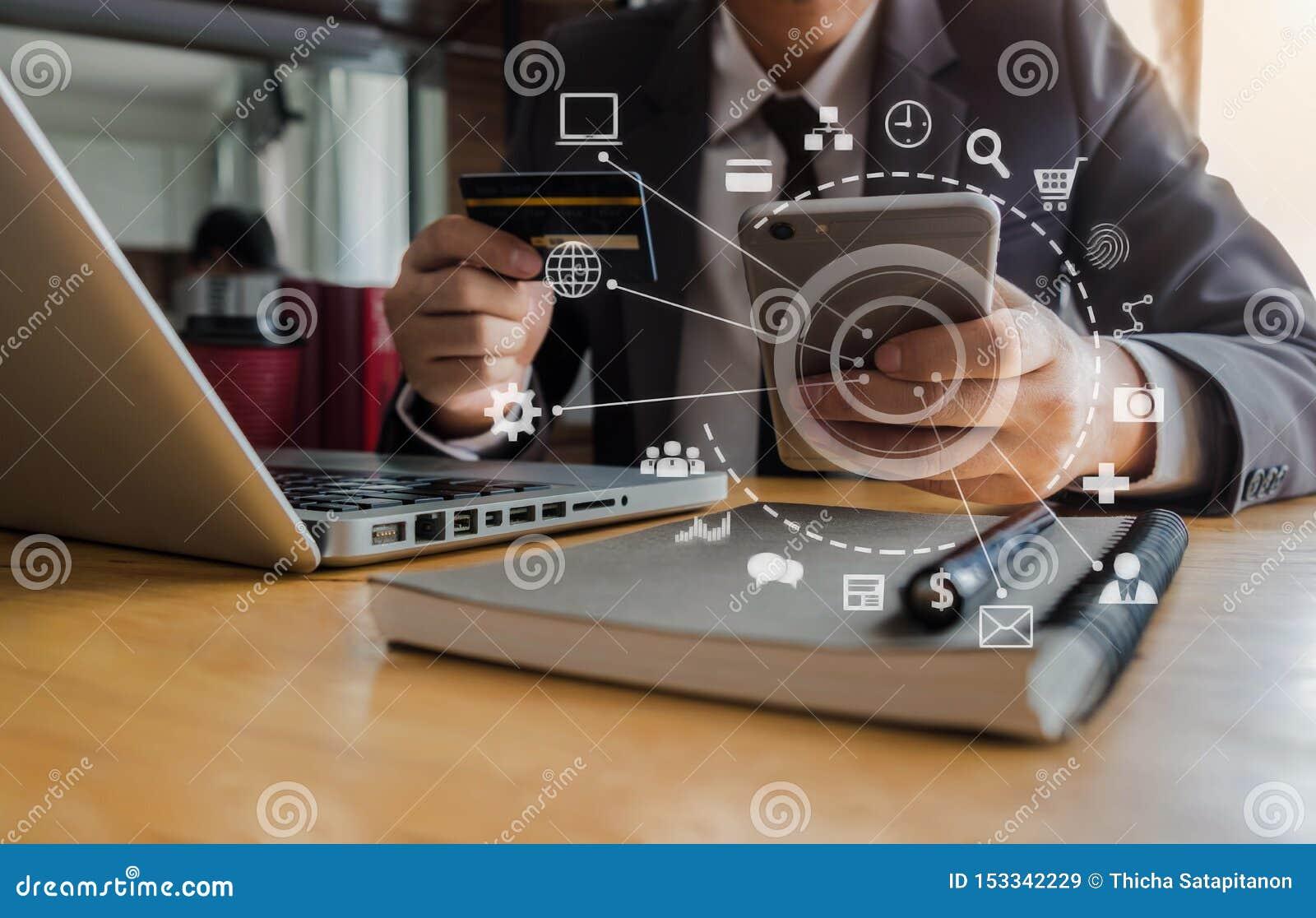 Biznesmen używa kartę kredytową robić zakupy online