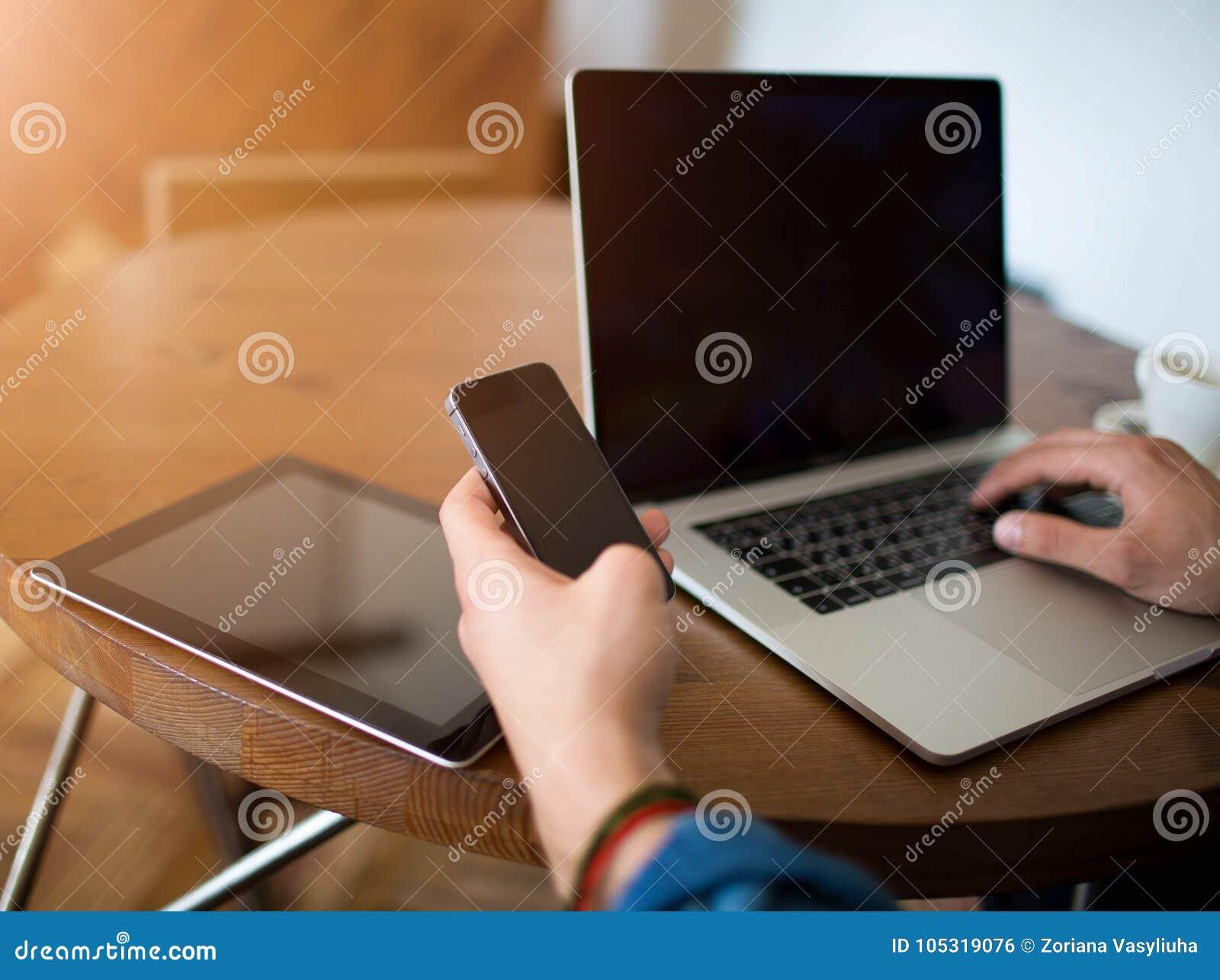 Biznesmen używa komórka telefon, nowożytną książkę i dotyka ochraniacza,