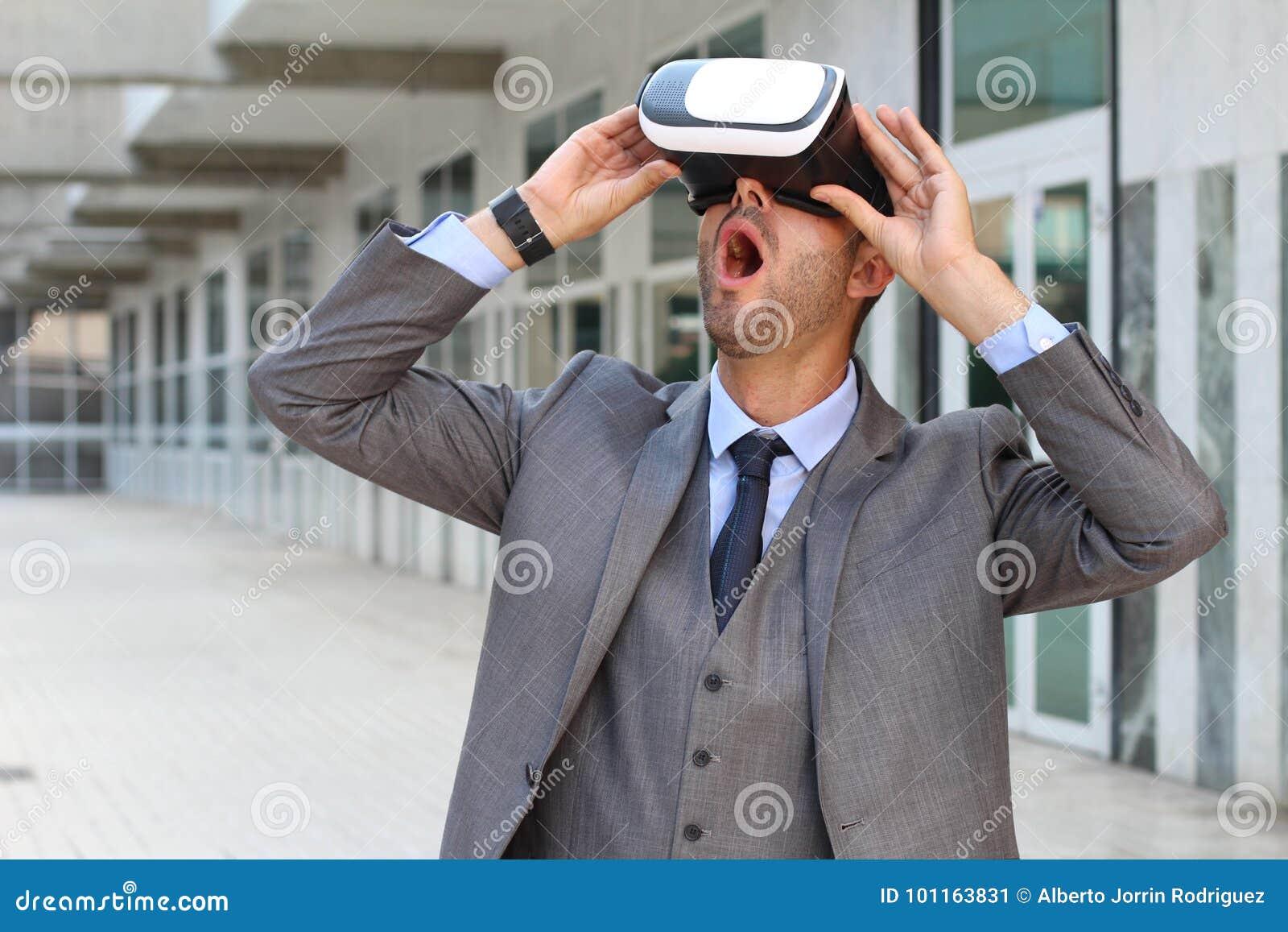 Biznesmen Używa rzeczywistość wirtualna szkła