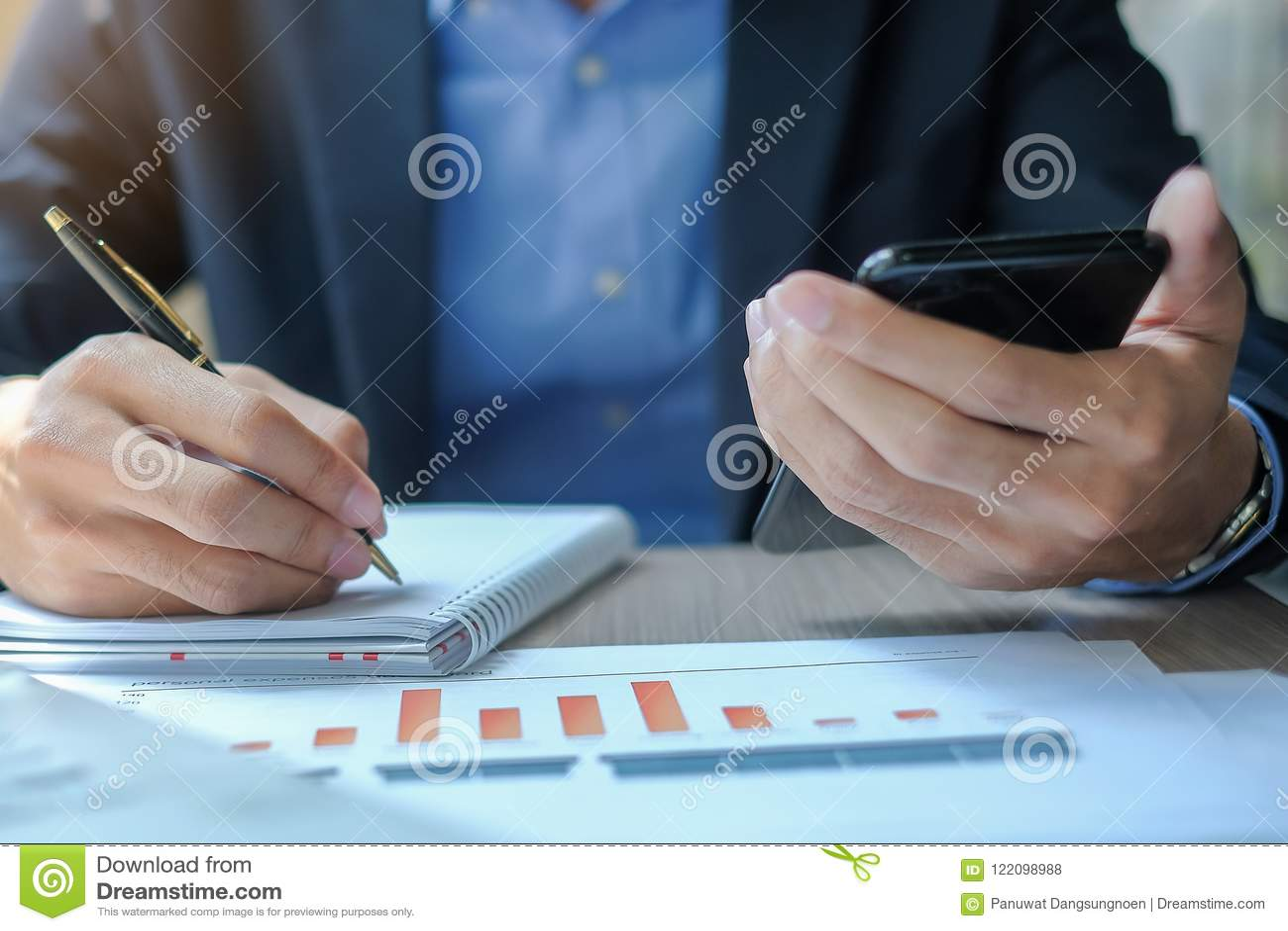 Biznesmen używa smatphone dla analiza maketing planu