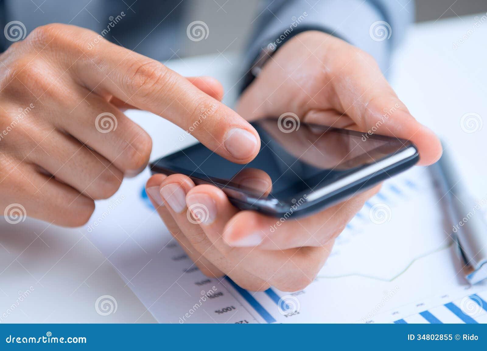 Biznesmen Używa telefon komórkowego